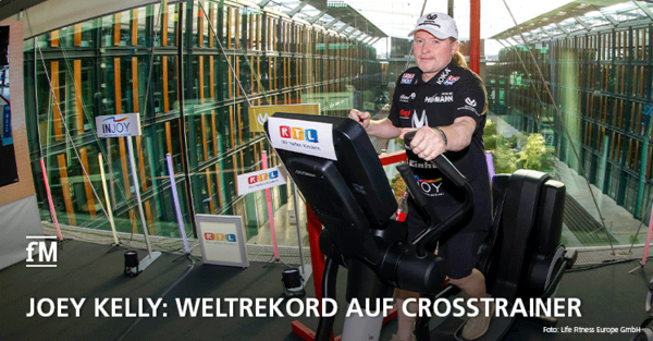 Joey Kelly stellt beim RTL Spendenmarathon einen Weltrekord auf dem Crosstrainer auf.