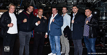 Hoist Fitness Geschäftsführer Roland Bebak (Mitte) unter anderem zusammen mit den drei Boxweltmeistern Manuel Charr (2.v.l.), Artur Abraham (3.v.l.) und Marco Huck (2.v.r.).