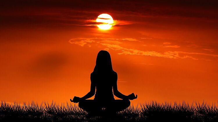 Weltweit praktizieren Menschen am Internationalen Yoga Tag Übungen und üben sich in Entspannung, Verbundenheit und Einheit.