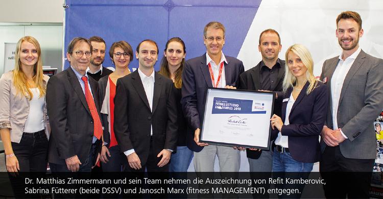 Dr. Matthias Zimmermann und sein Team nehmen die Auszeichnung 'Studio des Jahres' von Refit Kamberovic, Sabrina Fütterer (beide DSSV) und Janosch Marx (fitness MANAGEMENT) entgegen.