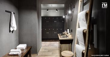Blick in die Umkleidekabine des neueröffneten Boutique Studios John & Jane's Soulbase in Berlin.
