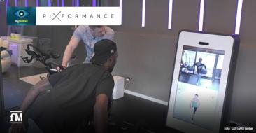 Trainierende Big Brother Bewohner an der Pixformance Station,einem digitalen funktionellen Trainingsgerät