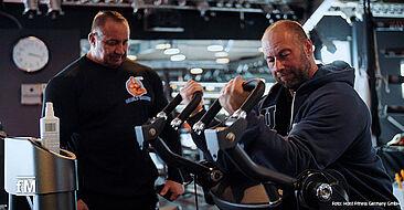 Zwei Bodybuilderikonen an der RPL-5102 Bizepsmaschine Markus Rühl (links) und Matthias Botthof.