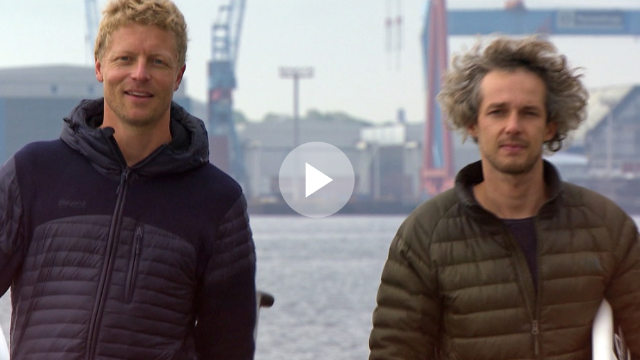 Kitesurfer Mario Rodwald und ein Stand-Up-Paddler Michael Walther umrunden das nördlichste Bundesland. Auf ihren Boards sammeln die beiden Umweltschützer noch Plastikmüll.