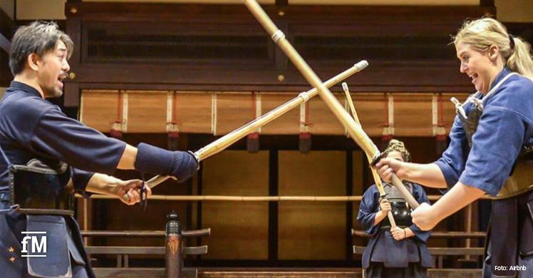 In der Tradition der Samurai unterrichtet Gastgeber Tomoyoshi im japanischen Kyoto seine Gäste im traditionellen Schwertkampf Kendo.