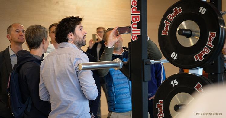 Sportphysio und Referent beim SSPS James O'Brien gibt in der Nachwuchs-Akademie von RB Salzburg einen Einblick in die Praxis.