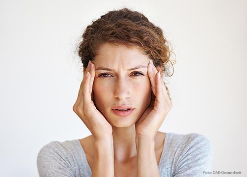 Häufiger Stress spielt eine entscheidende Rolle bei der Entstehung von Kopfschmerzen.