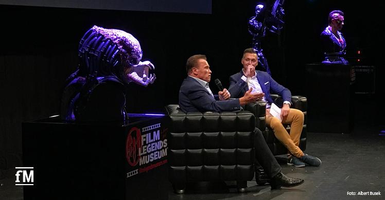 Arnold Schwarzenegger und Moderator Pietro Polidori auf der Bühne im Theater am Potsdamer Platz.