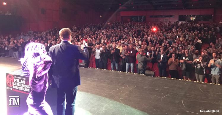 Arnold Schwarzenegger verabschiedet sich von den Gästen im vollbesetzten Theater am Potsdamer Platz.
