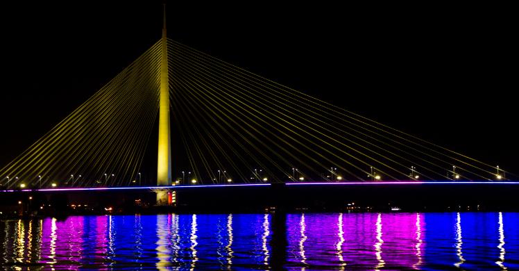 Eine Schifffahrt auf dem Fluss Sava vorbei an den stimmungsvoll beleuchteten Brücken Belgrads: der letzte Abend der DSSV Eventreise 2019.