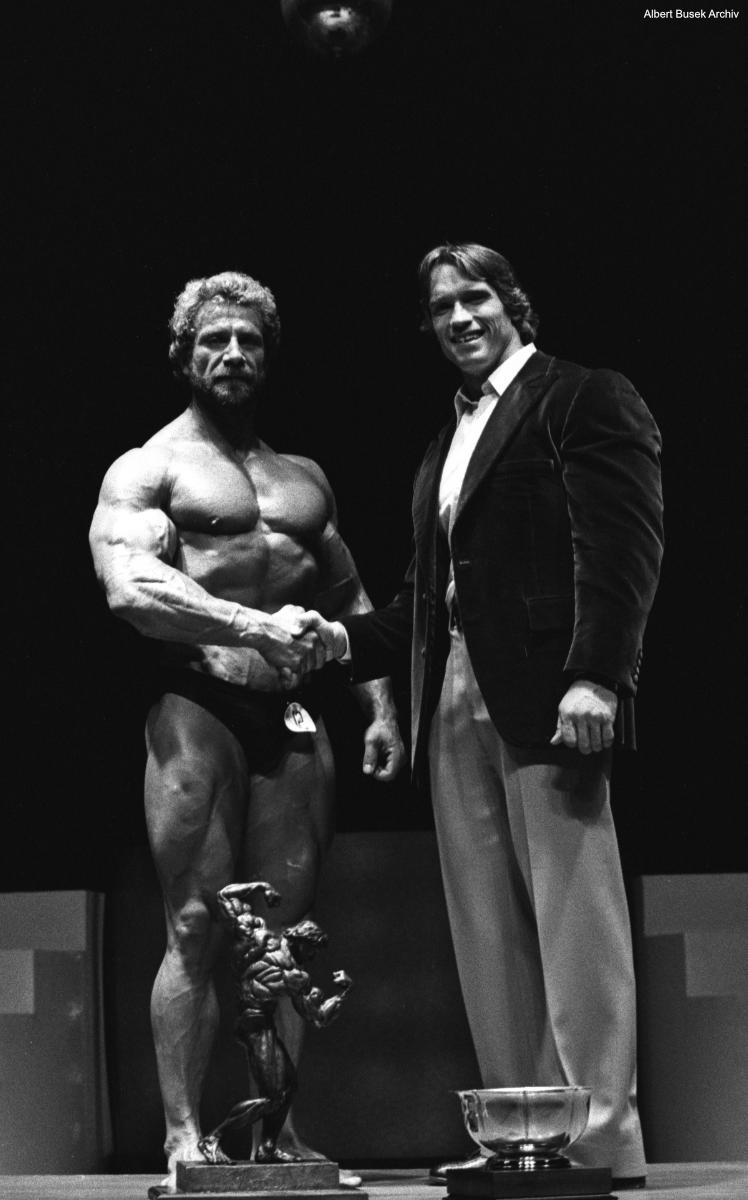 Jusup Wilkosz mit Arnold Schwarzenegger: Das Foto stammt von der Siegerehrung der IFBB Profi-Weltmeisterschaften in Columbus/Ohio, als er 1980 den Profi-WM-Titel gewann. Foto: Albert Busek Archiv