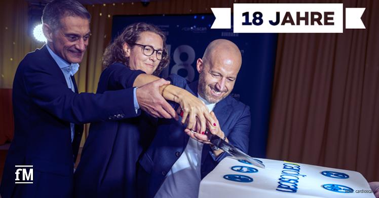 Gemeinsam Torte anschneiden: Zum 18. cardioscan-Geburtstag greift auch Geschäftsführer Marc Weitl zum Torten-Messer.
