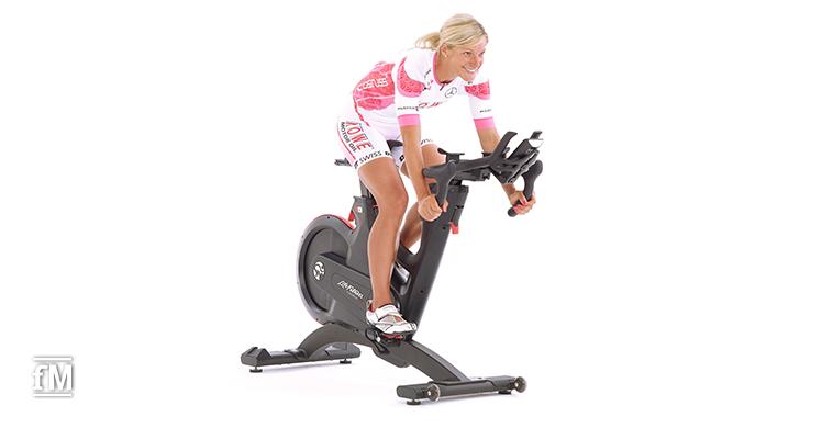 Anja Ippach trainiert auf einem Indoorbike IC8 von Life Fitness. Das Bike ist mit einem stabilen und präzisen Messsystem ausgestattet.