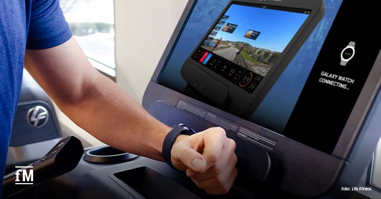 Life Fitness: Die Samsung Galaxy Watch verbindet sich automatisch durch eine Berührung mit der Discover SE3 HD Konsole. Daten zu Herzfrequenz, zurückgelegter Strecke und Kalorienverbrauch werden in Echtzeit synchronisiert und nach dem Workout als Zusammenfassung angezeigt.