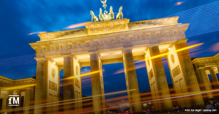 Lichtspiel am Brandenburger Tor – Wiedereröffnung der Fitnessstudios nach Corona