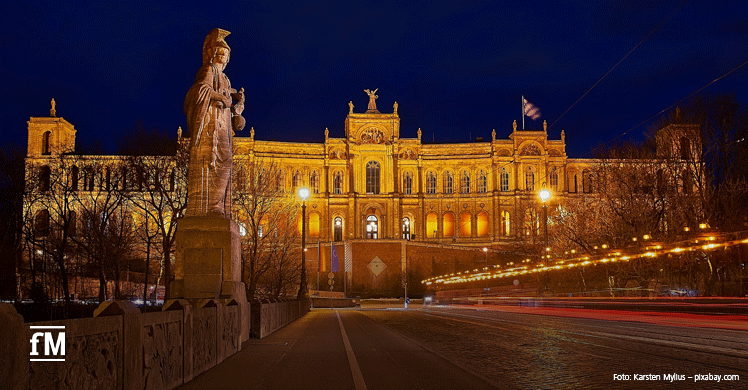 Das Maximilianeum in München, Sitz des Bayerischen Landtags: Bayern Update zu Studioöffnungen nach dem Corona-Lockdown