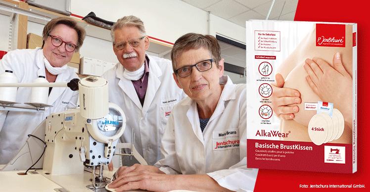 Teamarbeit: Dr. h. c. Peter Jentschura entwickelte die basischen Brustkissen zusammen mit den beiden Schneidermeisterinnen Karin Wilms (l.) und Maria Bruns