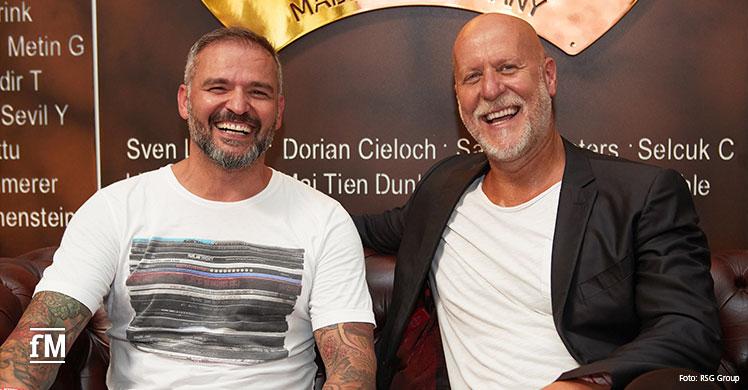 'Endlich wächst zusammen, was zusammengehört!' Rainer Schaller (RSG Group, rechts) und Simal Yilmaz (gym 80) freuen sich über die Unternehmenspartnerschaft.