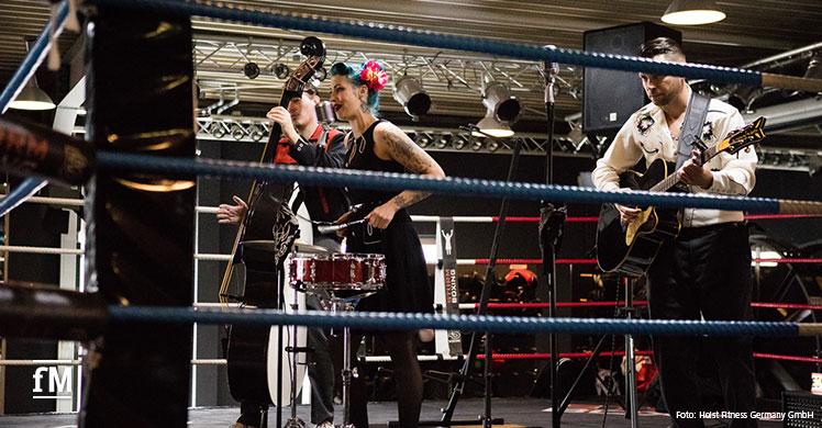 Fitnessmesse bei HOIST in Köln: The Boneshakers live im Boxring des ehemaligen Weltmeisters Felix Sturm.